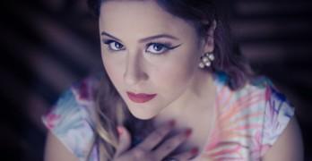 Mel Mattos apresenta versão acústica do show Démodé?! no Café Couture