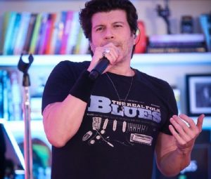 Paulo Ricardo faz live em homenagem ao namorados
