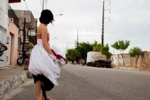 Performance O Vestido percorre bairros de Fortaleza