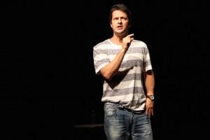 [RS] Marcelo Serrado apresenta espetáculo inédito de humor em Porto Alegre