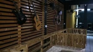 Fortaleza recebe bar com temática pub que une o rock e o retrô na decoração