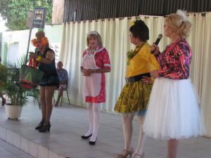 Conferido] Humoristas do projeto Humor ao Meio-Dia em apresentação no Lar Torres de Melo