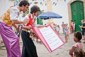 Espetáculo de pernas-de-pau na Caixa Cultural Fortaleza