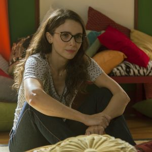 Débora Falabella grava série de vídeos como Dani, sua personagem no ainda inédito 'Depois a Louca Sou Eu'