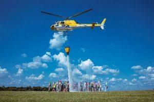 Skol testa helicóptero que faz chover em aglomerações no Carnaval e vai dar cerveja pra quem ficar em casa
