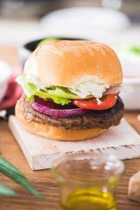 Dia do Hambúrguer: passo a passo para uma receita artesanal